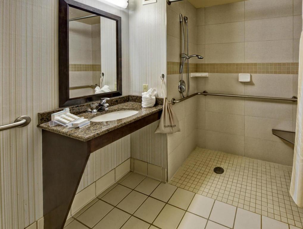 1 king bed bathroom hilton garden inn hershey - Hilton Garden Inn Hershey