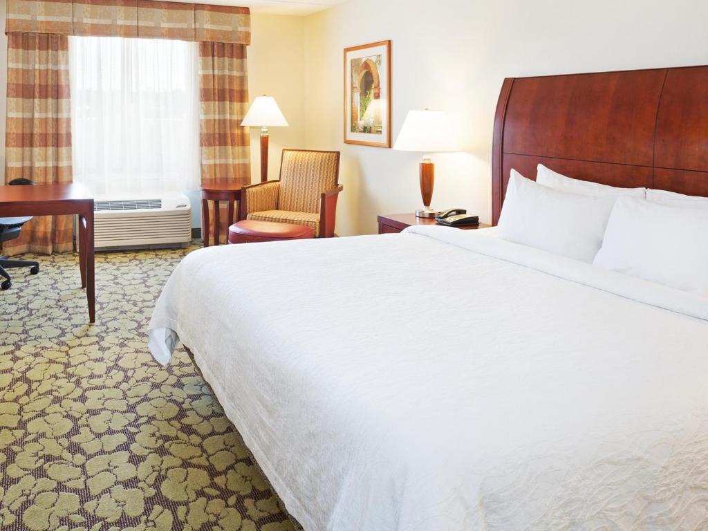 1 king bed guestroom hilton garden inn myrtle beach coastal grand mall - Hilton Garden Inn Myrtle Beach
