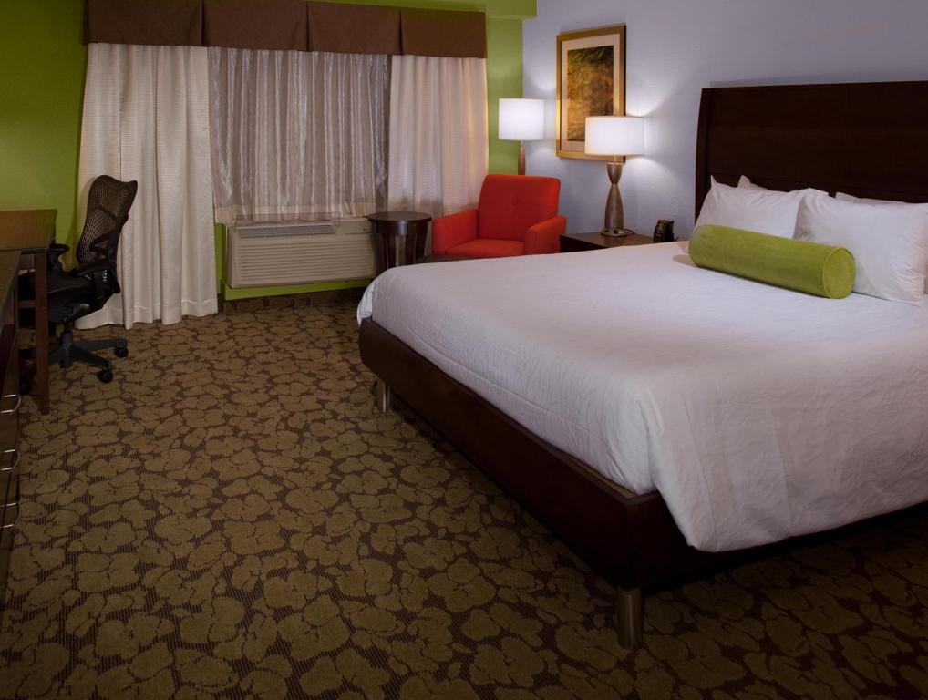 1 King Bed Corner - Guestroom Hilton Garden Inn Raleigh Durham Research Triangle Park