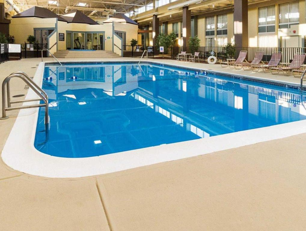 Swimming pool Comfort Inn and Suites Airport Syracuse