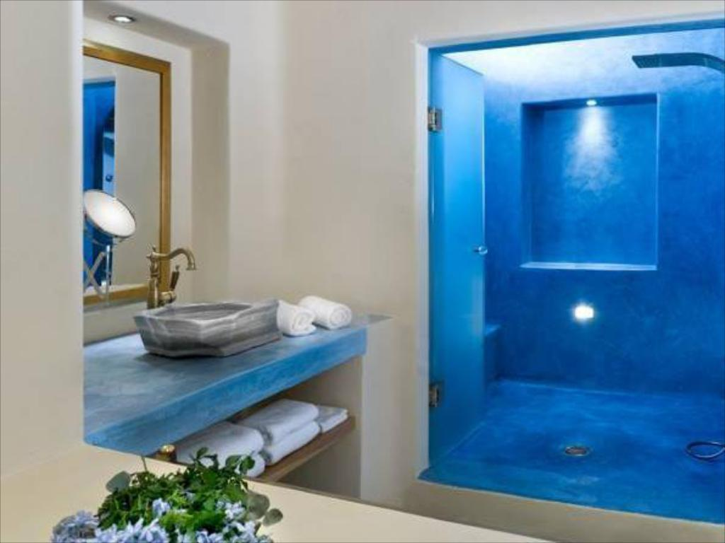 Best Price on Voreina Gallery Suites in Santorini + Reviews!