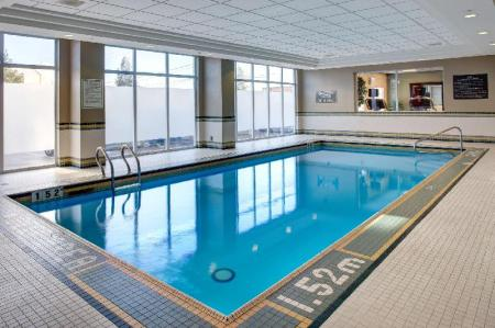 Swimming pool Hampton Inn and Suites Toronto Airport