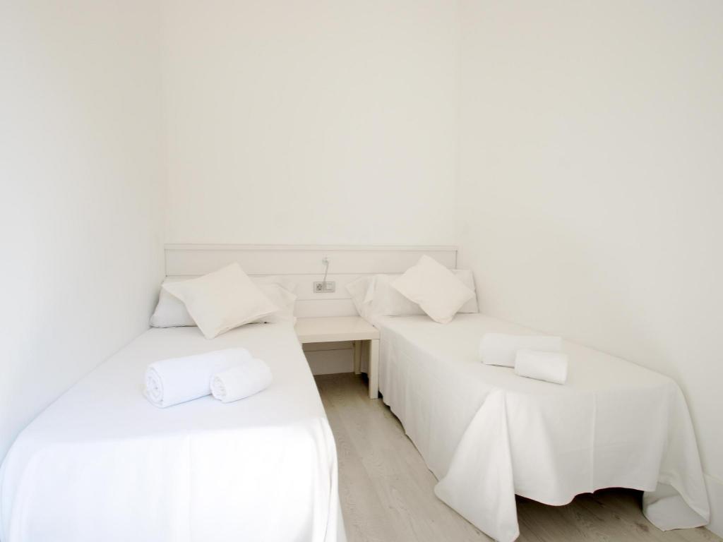 Hostal Dingdong Express Hostel (Barcelona) - Deals, Photos ...