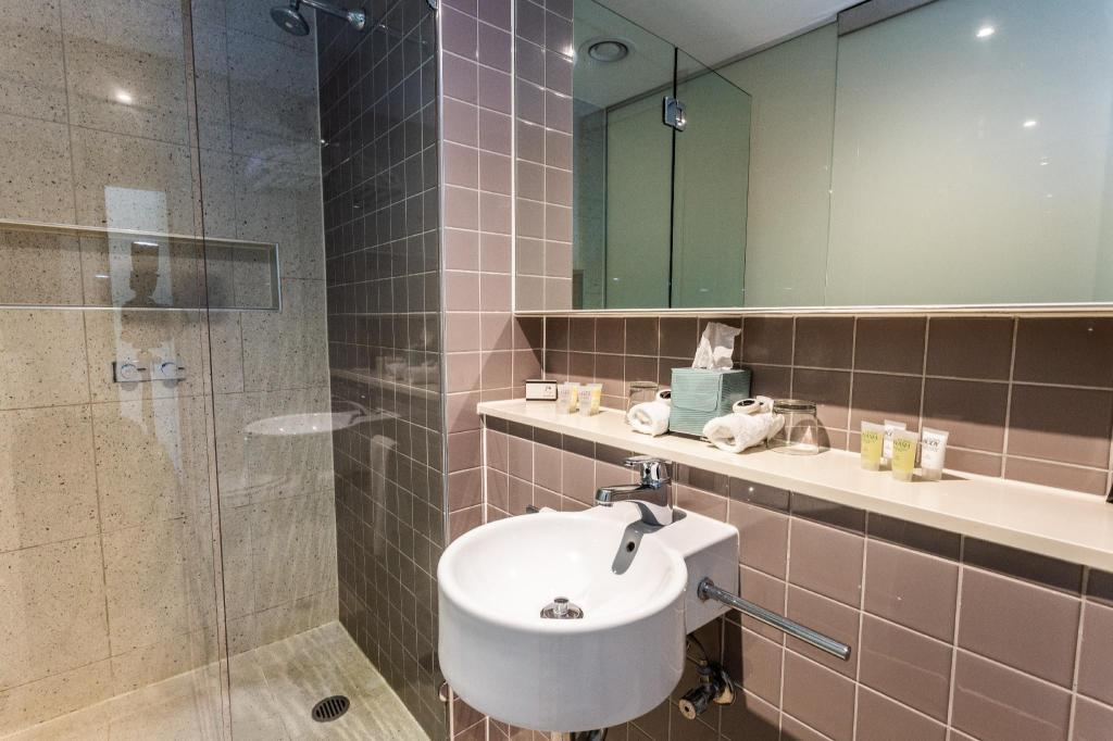 Queen Suite Bathroom One Four Nelson Suites