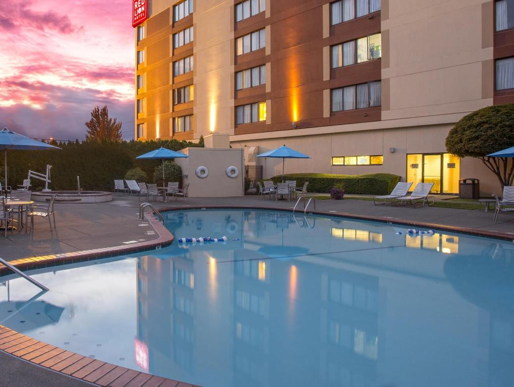 Бассейн  Red Lion Hotel & Conference Center Seattle-Renton