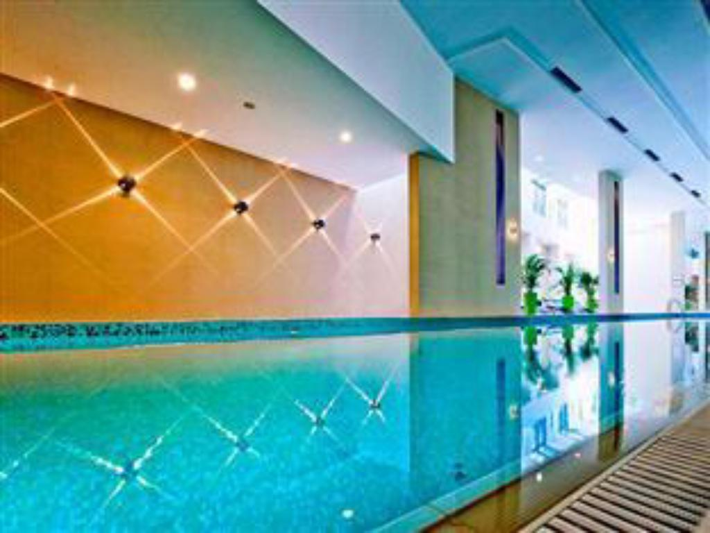 مسبح فندق أباكوس بيزنس آند ولنيسيز (Abacus Business & Wellness Hotel)