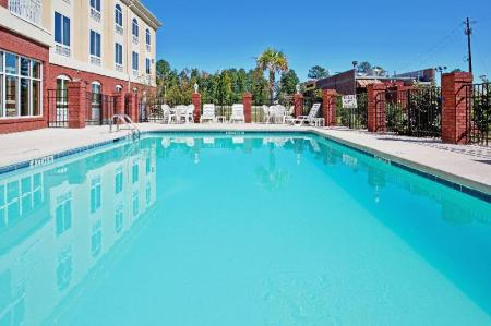 Swimming pool [outdoor] Holiday Inn Express Camden