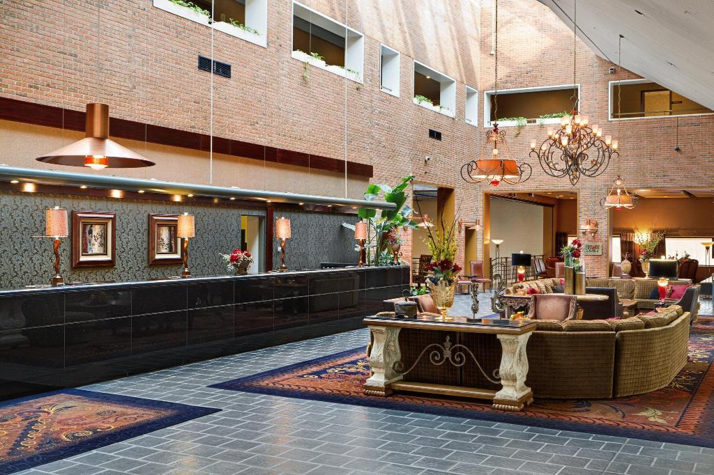 Лобби Crowne Plaza Minneapolis West