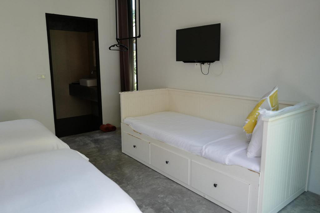 Standard Triple Room for 3 Adults with 2 Single Beds, 1 Sofa Bed and Air Conditioning - Bed