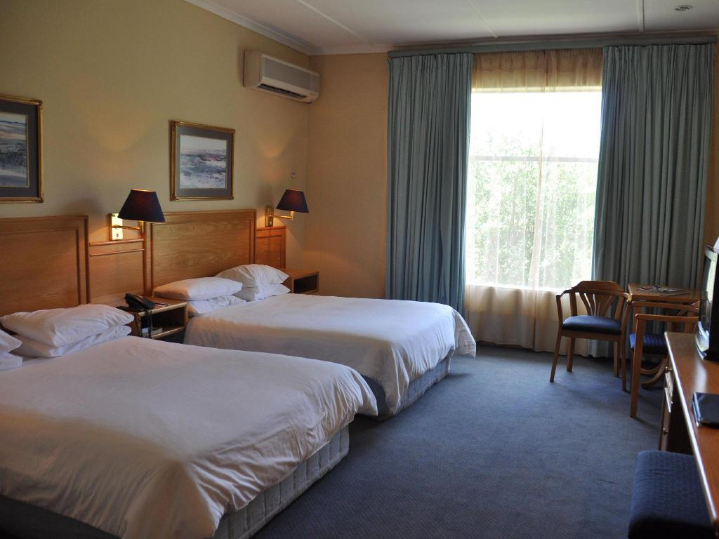 Standard Twin Bed - Guestroom Safari Lodge Hotel & Convention Centre