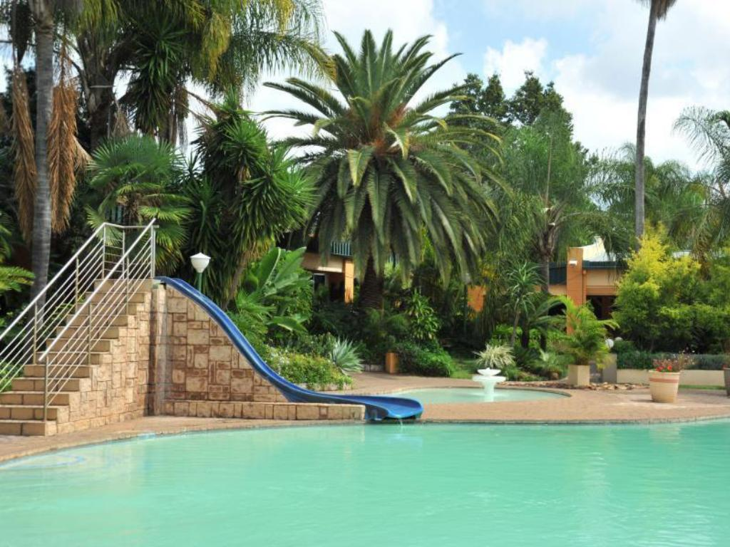 Swimming pool Safari Lodge Hotel & Convention Centre