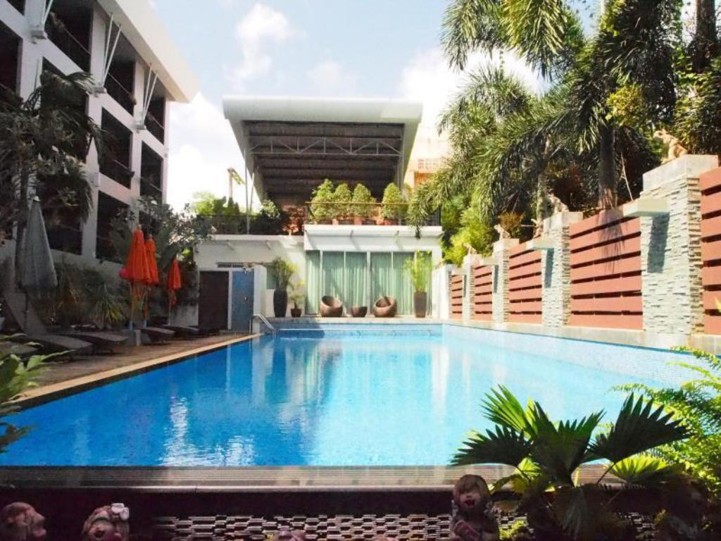 Swimming pool Baan Suwantawe Phuket
