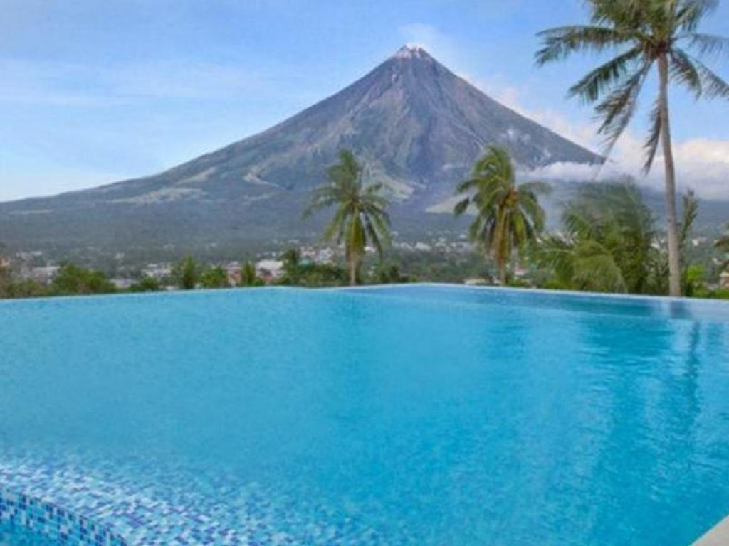 Swimming pool The Oriental Hotel Legazpi