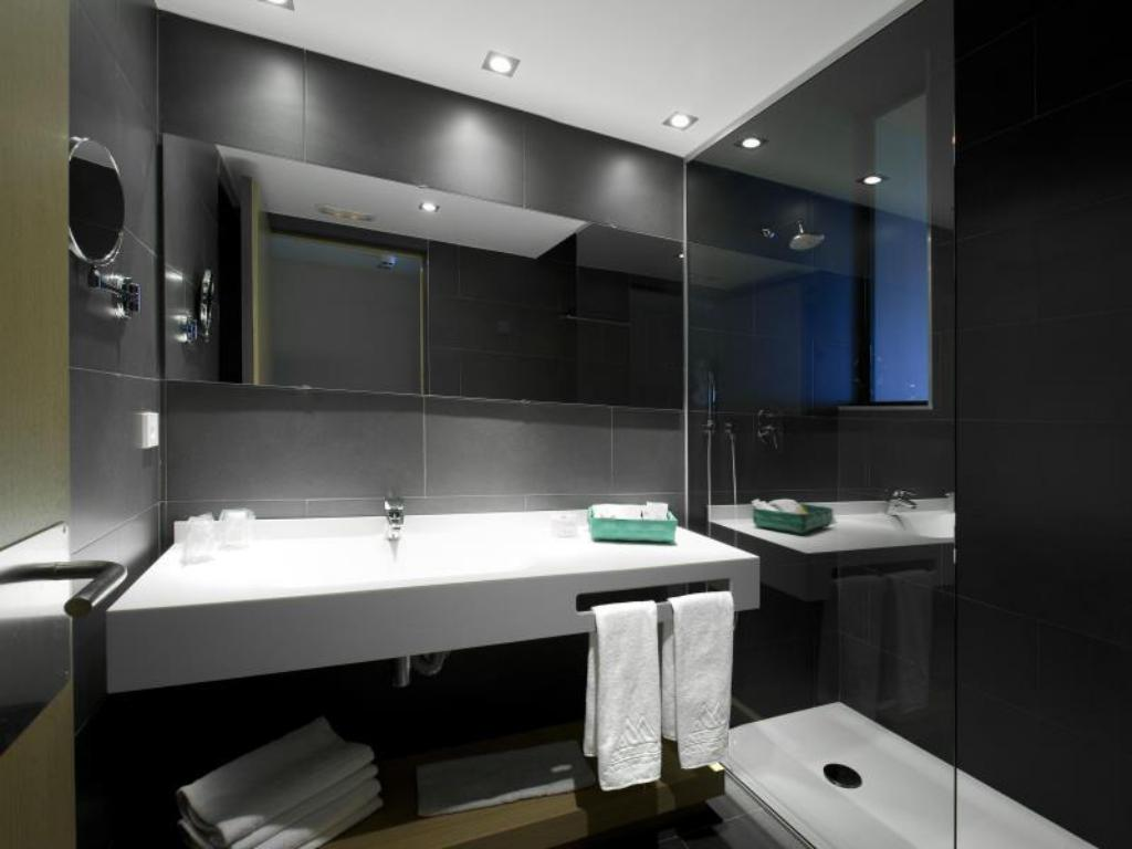 Bathroom Hotel Atenea Port Barcelona Mataro