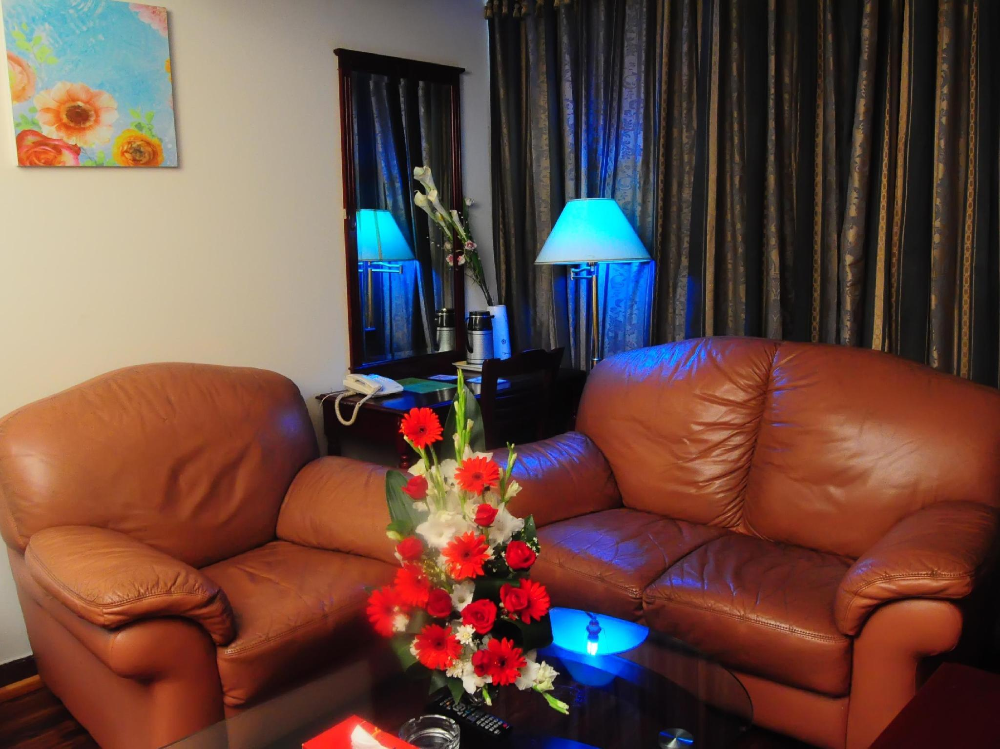 1 King 1 Bedroom Suite with Sofabed Non-Smoking