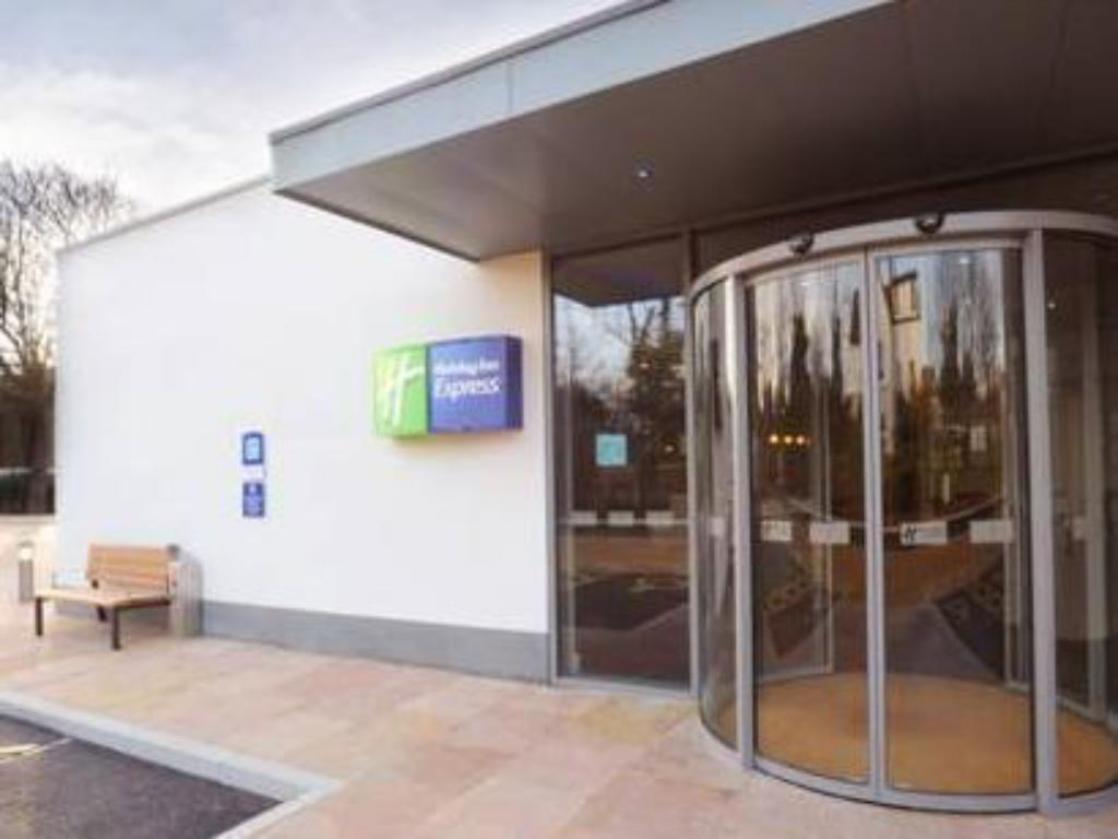 Entrance Holiday Inn Express Liverpool Hoylake