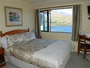 Lake View Queen Bedroom with Private Bathroom