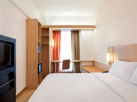 Standard Queen Room - Interior view Ibis Bandung Trans Studio