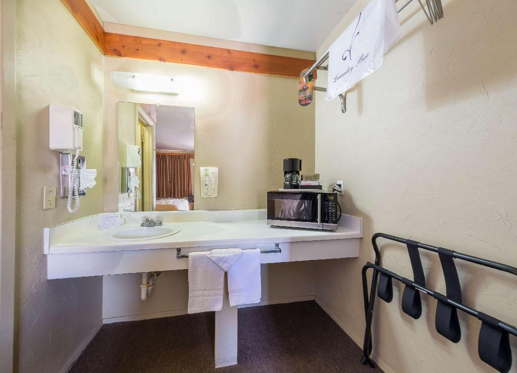 1 King Bed Non-Smoking - Guestroom Americas Best Value Inn The Legends Inn
