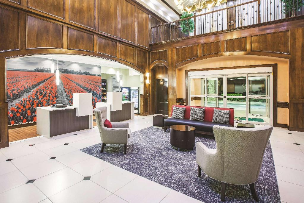 Lobby La Quinta Inn & Suites by Wyndham Allen at The Village