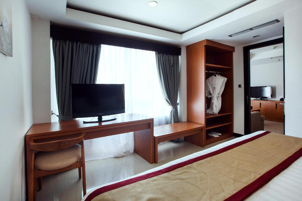 1 King Bed Suite with Living Room - Bed