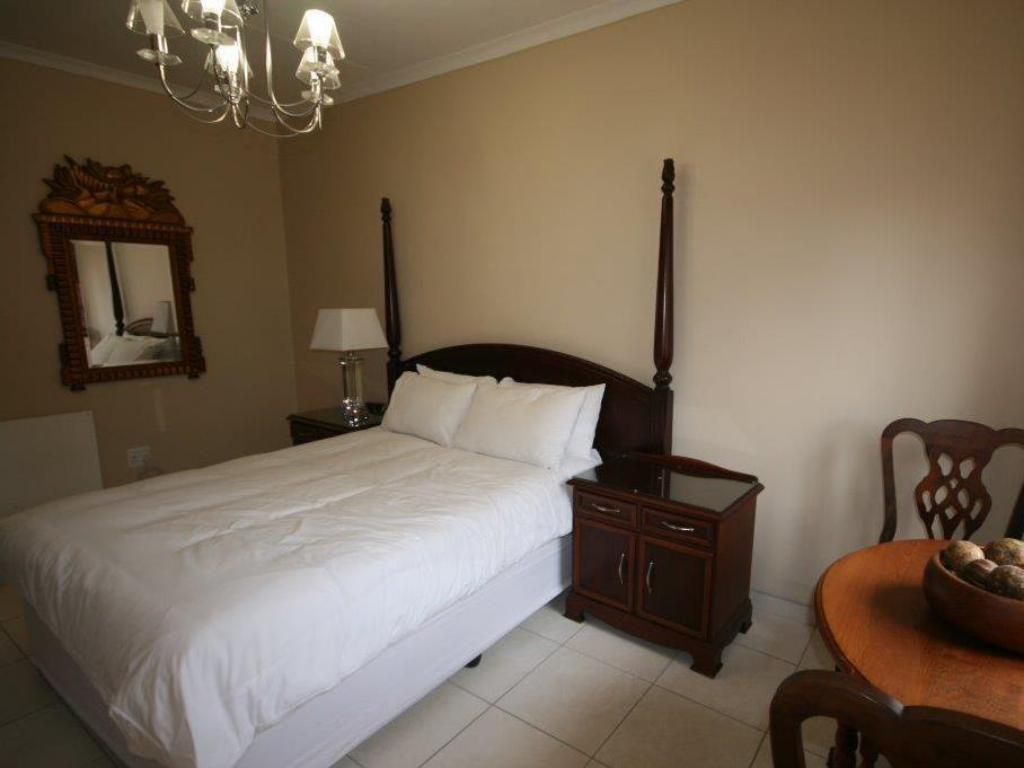 Self Catering 2-Bedroom Cottage - Bed Fourways Gardens Guest Estate