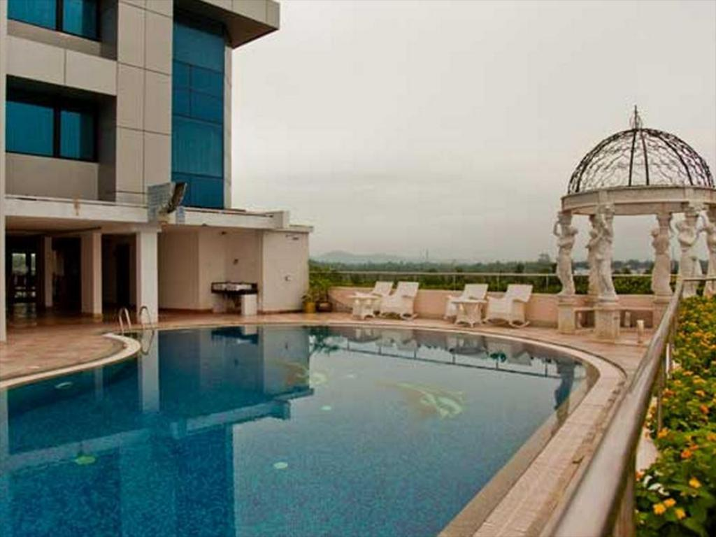 Swimming pool Windsor Rajadhani Hotel