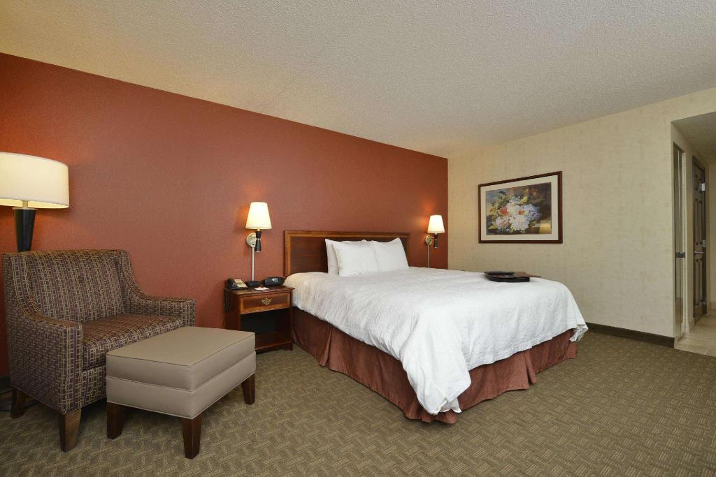 1 King Accessible Tub Non-Smoking - Guestroom Hampton Inn East Aurora - NY Hotel