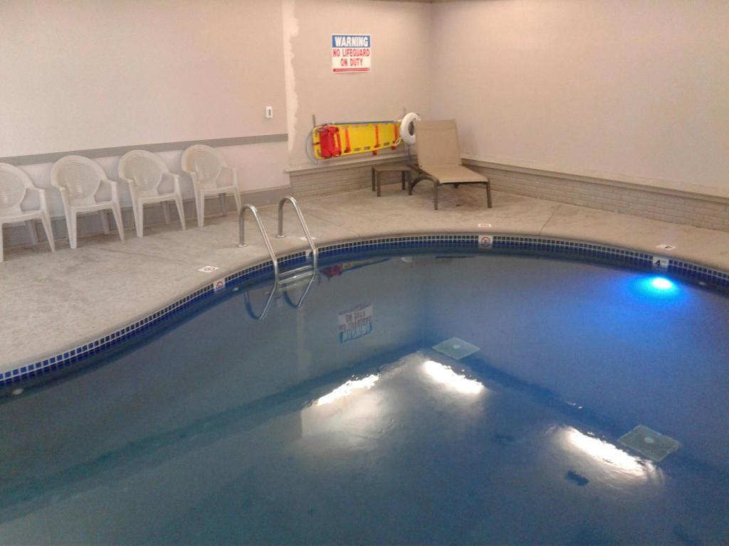 Swimming Pool Magnuson Hotel Birch Run
