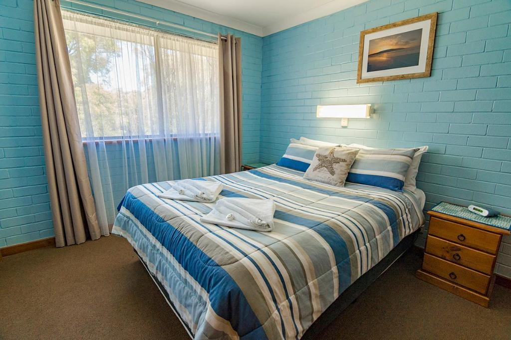 1 Bedroom Chalet - Bed Emu Beach Chalets