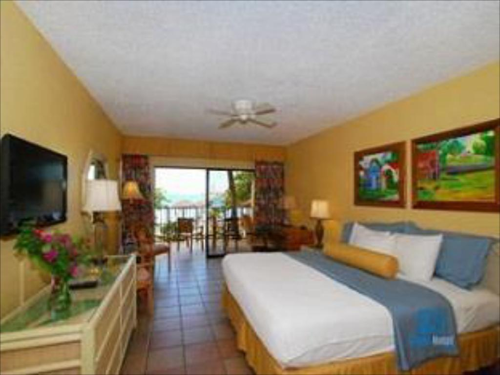 Standard King Bed - Guestroom Emerald Beach Resort