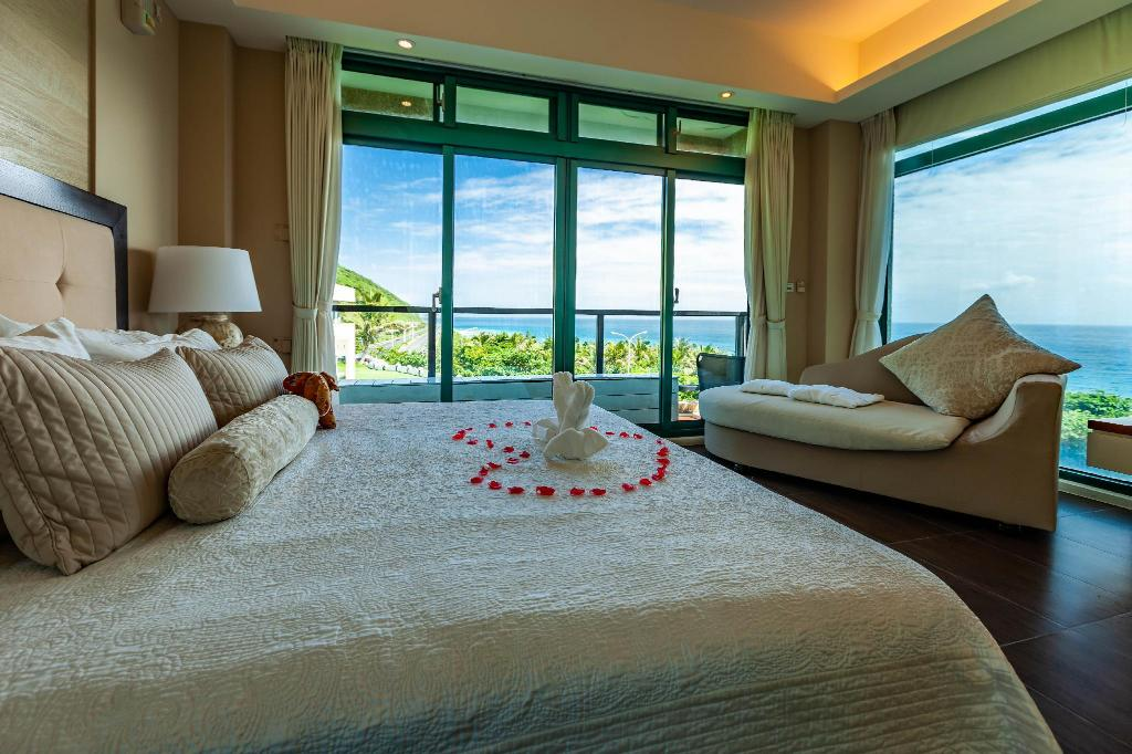 Grand Sea View King Bed - Bed