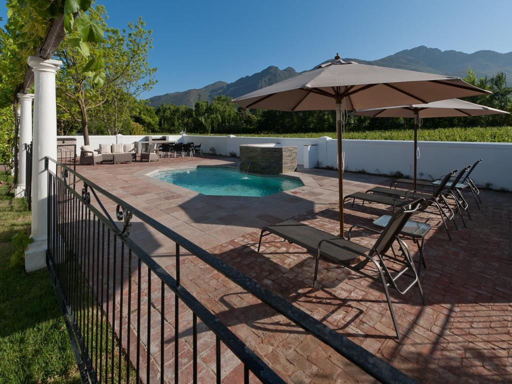 Piscina La Galiniere Guest Cottages