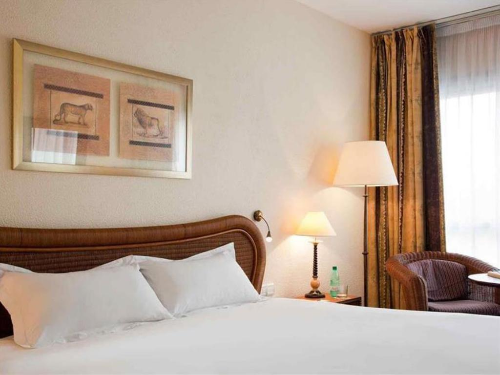 Classic Room with one King-size bed City side - מיטה Hotel Pullman Abidjan