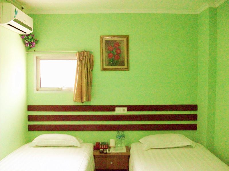 Kamar Standard 2 Ranjang Single dengan Jendela (Standard Room Two Single Beds Window)