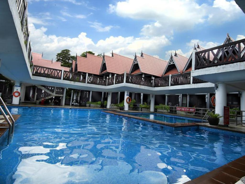 Swimming pool Paya Beach Spa & Dive Resort