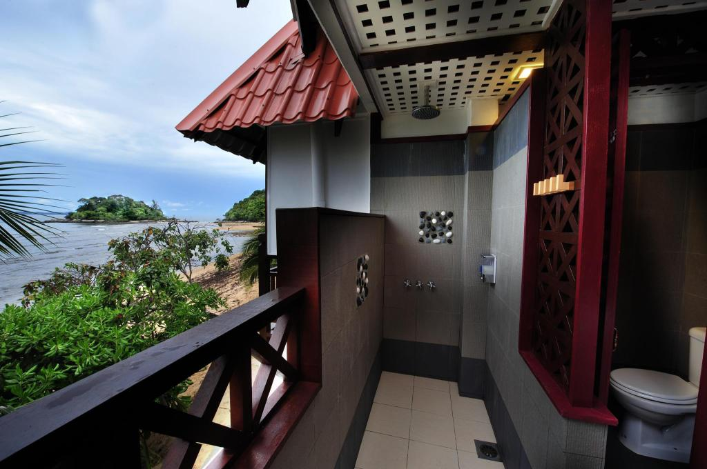 Bathroom Paya Beach Spa & Dive Resort
