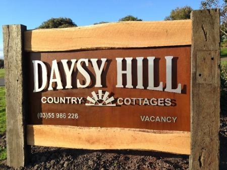 مدخل دايزي هيلز كانتري كوتيدجيز (Daysy Hill Country Cottages)