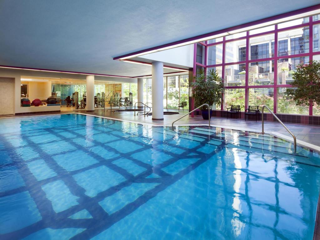 Swimming pool Sheraton Vancouver Wall Centre