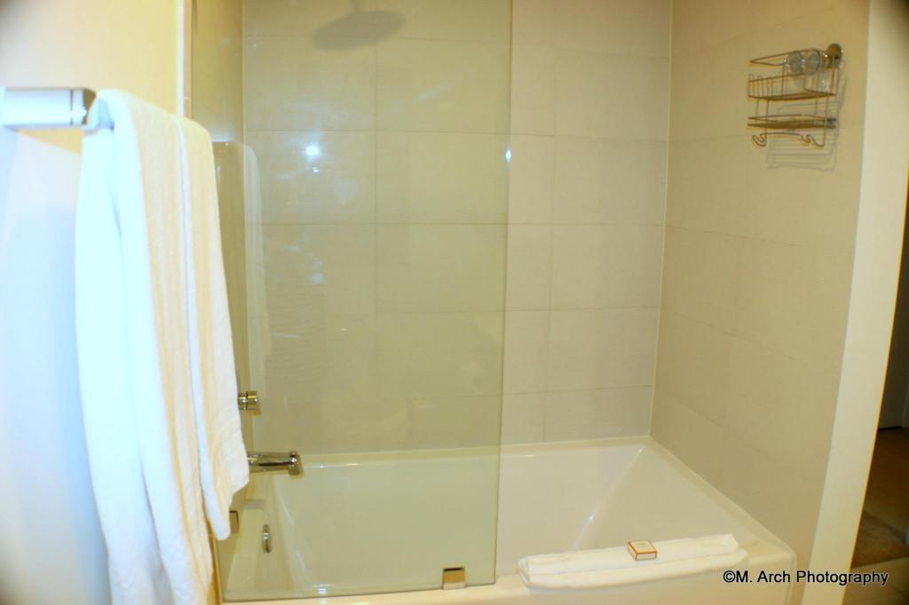 Bathroom New Apart Beach & City in Hallandale 4/6 BW 1410