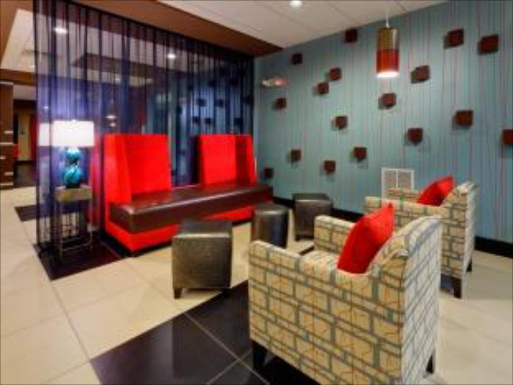 Lobby Holiday Inn Express & Suites Northeast