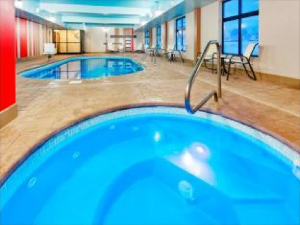 Swimming pool Holiday Inn Express & Suites Northeast