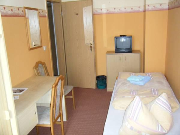 Camera Matrimoniale Pension con Bagno in Comune  (Double Room Pension with Shared Bathroom )