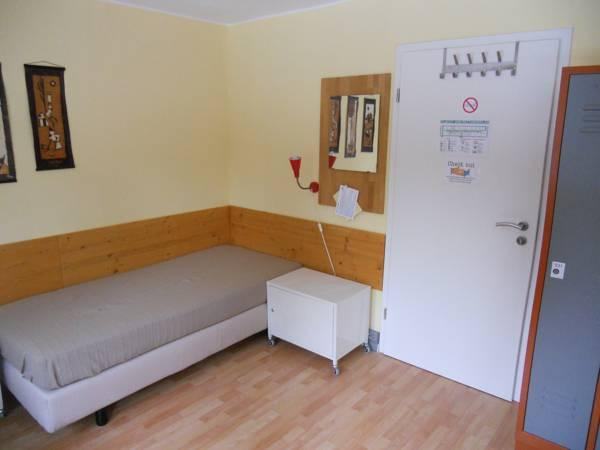 Einzelbett in einem Schlafsaal für Frauen (Single Bed in a Shared Room for Females)