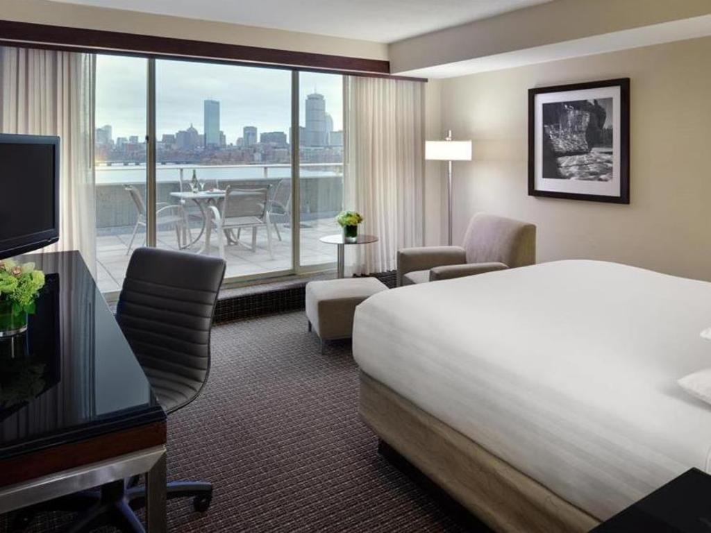 One King Bed Disability Access With Bathtub Guestroom Hyatt Regency Cambridge Overlooking Boston