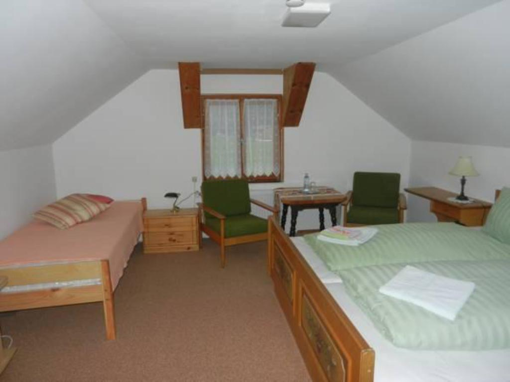Double with Shared Bathroom - Guestroom Gasthof Auerhahn