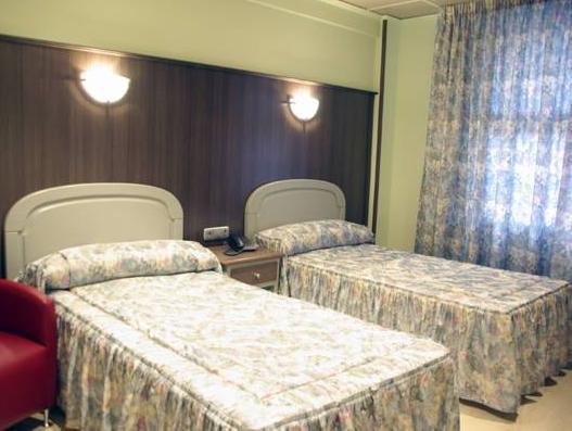 Soba z zakonsko ali enojnima posteljama (Double or Twin Room)