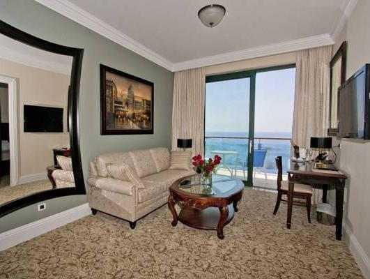 Suite Deluxe com Vista Mar (Deluxe Suite with Sea View)