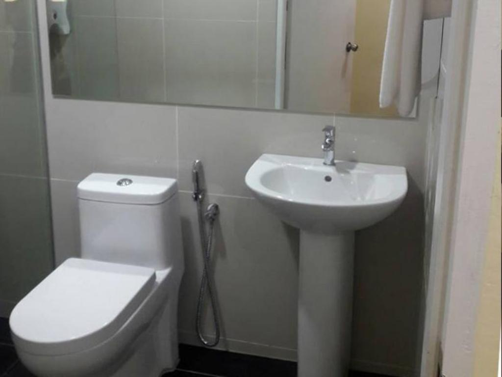 Bathroom Place2Stay Business Hotel @ Emart Riam