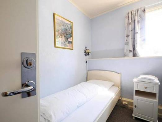 Singola con Bagno in Comune (Single Room with Shared Bathroom)